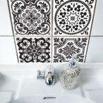 come decorare il muro del bagno